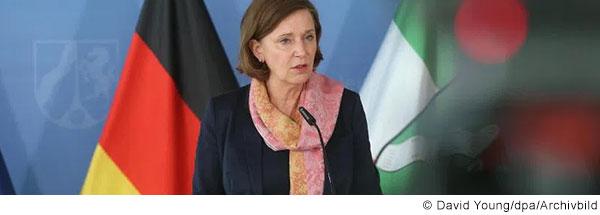 Yvonne Gebauer spricht bei einer Pressekonferenz