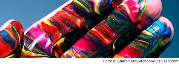 Eine Hand mit marmorierter Farbe bemalt