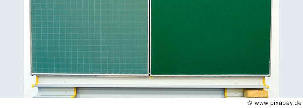 Schultafel mit einer komplett grünen Seite und einer Seite mit Karos.
