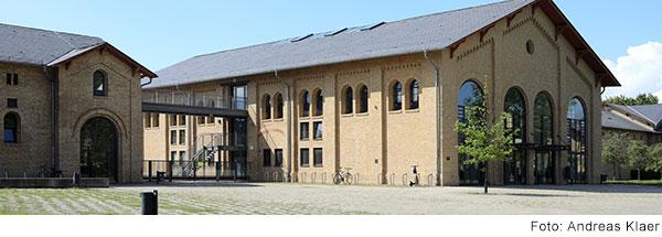 Zwei sandsteinfarbene Gebäude