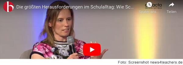 Eine Frau mit dunkelblonden langen Haaren sprich in ein Mikrofon. (Foto: Screenshot news4teachers.de)