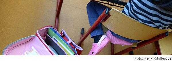 Mädchen am Schreibtisch im Klassenzimmer.
