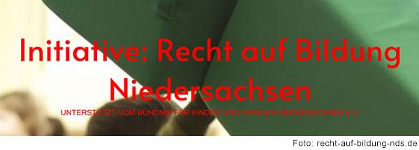 Rote Schrift auf grünem Grund: Initiative: Recht auf Bildung Niedersachsen. Unterstützt vom Bündnis für Kinder und Familien Niedersachsen e.V.