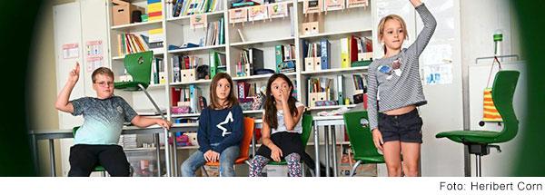 Kinder sitzen im Kreis im Klassenzimmer