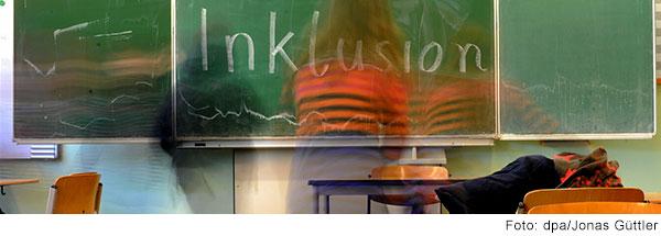 Auf einer Tafel im Klassenzimmer steht Inklusion.