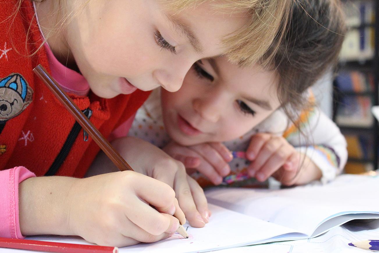 Zwei Kinder im Klassenzimmer