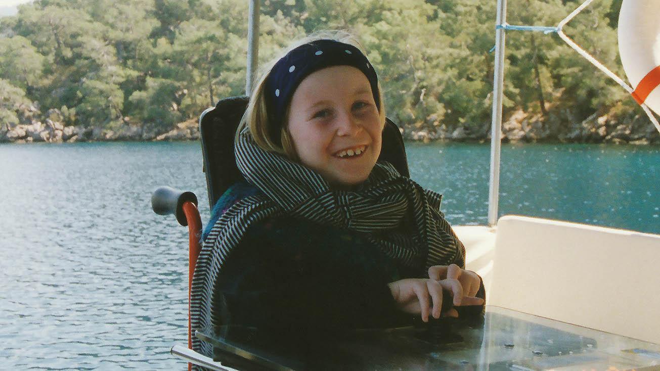 Anne Gersdorff als Kind im Rollstuhl auf einem Boot