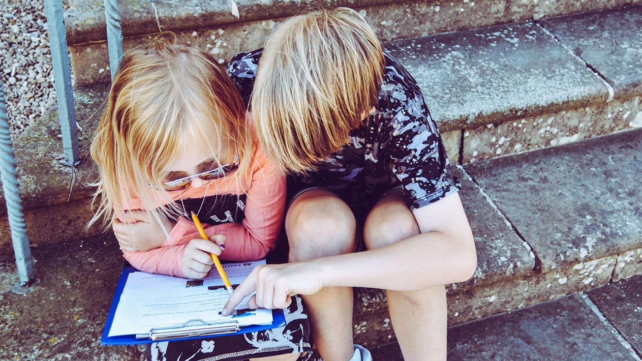 Kinder lösen zusammen Aufgaben