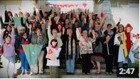 Une trentaine de femmes avec banderoles et les poings levés