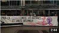 Le mur des femmes contre les oléoducs et sables bitumineux devant un bâtiment