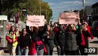 des femmes dans la rue, certaines portes des pancartes