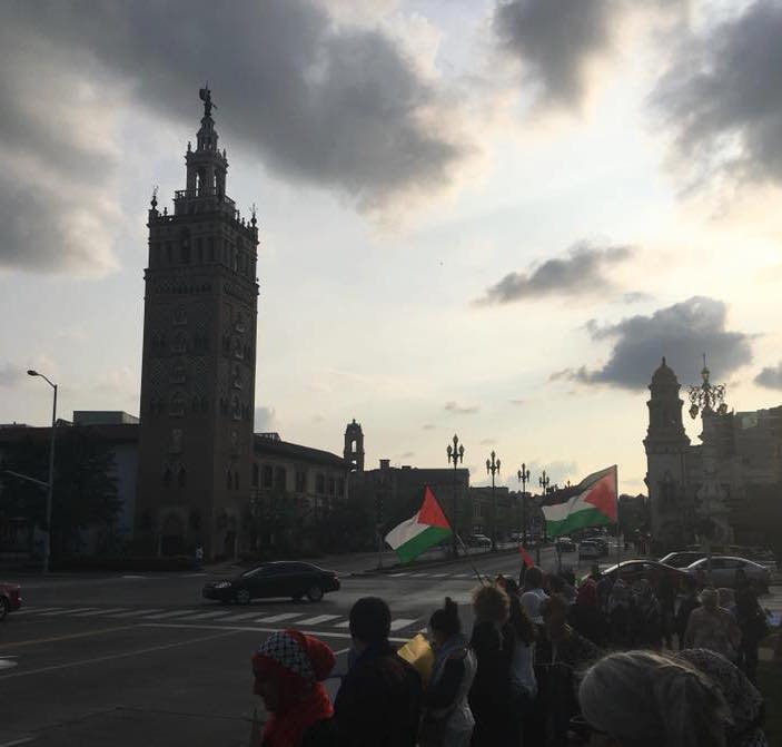 Imagine of the Kansas City Plaza with Palestinian flags waving.