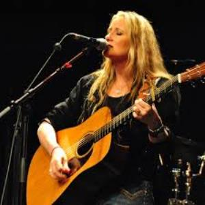 SARAH_PIERCE_GUITAR_MIC_STAGE_300_sq.jpg