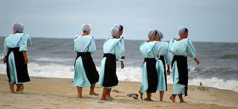 Amish women on a beach wearing head coverings. Photo: Pasteur.