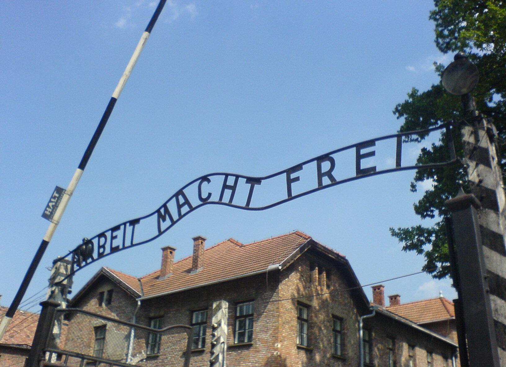 Auschwitz_entrance.JPG