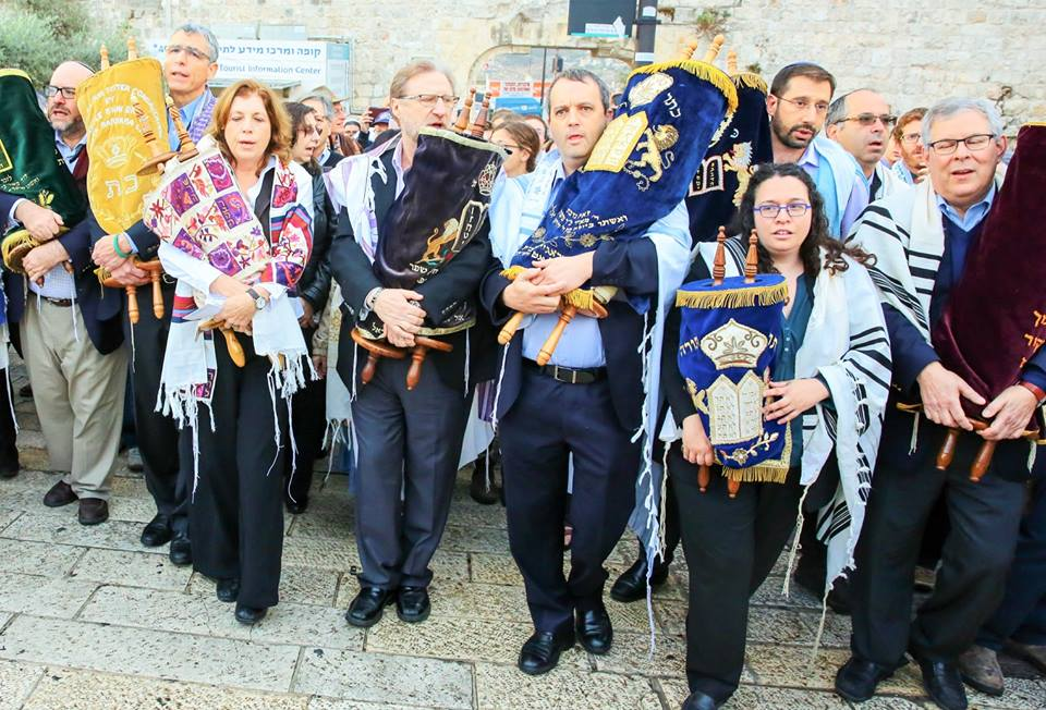 Kotel_marchers_with_torahs_(IRAC).jpg
