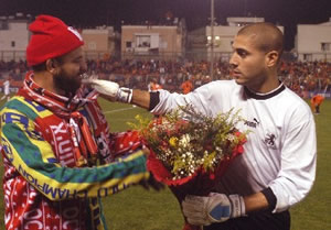 Arab-fan-presents-a-Jewish-player-with-flowers.jpg