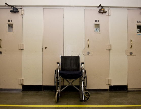 Wheelchair_in_Oregon_prison_photo.png