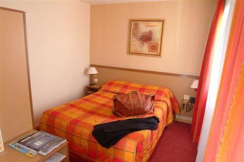 paris_hotel_room.jpeg