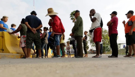 Migrants queue to enter USA