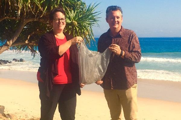 Byron_plastic_bags_Penny_and_Mayor_Spooner_CS.jpg
