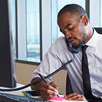 Homme noir occupé à son bureau
