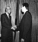 20_Adam_meeting_Mandela_in_Gracie_Mansion_1989.jpg