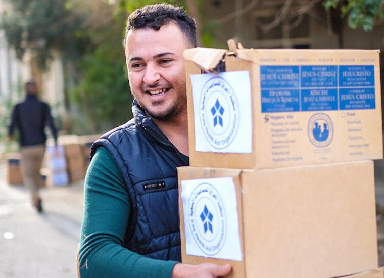 Our partners at Iraq Health Aid Organization deliver relief aid to displaced families in Iraq.