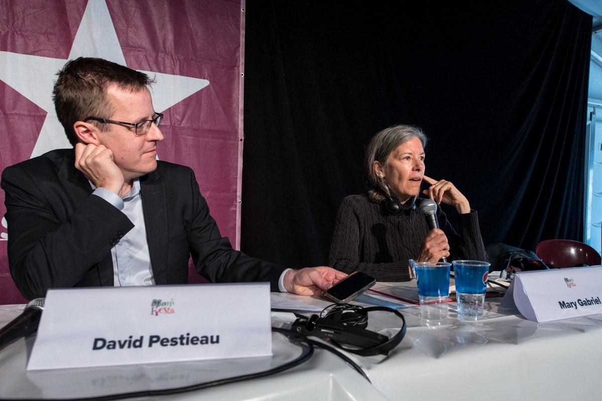 David Pestieau in gesprek met Mary Gabriel tijdens ManiFiesta 2017. (Foto Solidair, Karina Brys)