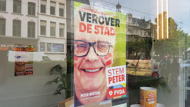 """Veel mensen hangen een affiche van de PVDA voor hun raam. """"Dat is het beste antwoord op die dure Amerikaanse kiescampagne van de N-VA"""", zegt Peter Mertens. (Foto Solidair, Frank Sonck)"""