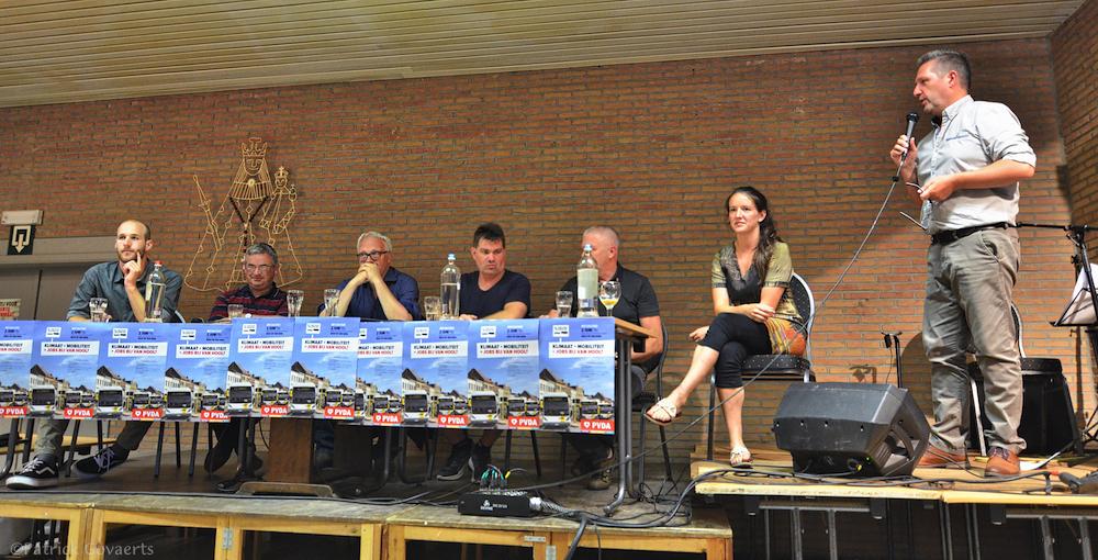 Zaterdagavond 2 juni stelde PVDA-voorzitter Peter Mertens het wetsvoorstel voor op een bijeenkomst georganiseerd met de werknemers van busbouwer Van Hool. (Foto Solidair, Patrick Govaerts)