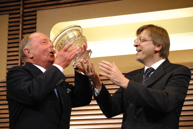 Het fortuin van miljardair Albert Frère (links op de foto) is even groot als dat van de 2,2 miljoen armste Belgen.