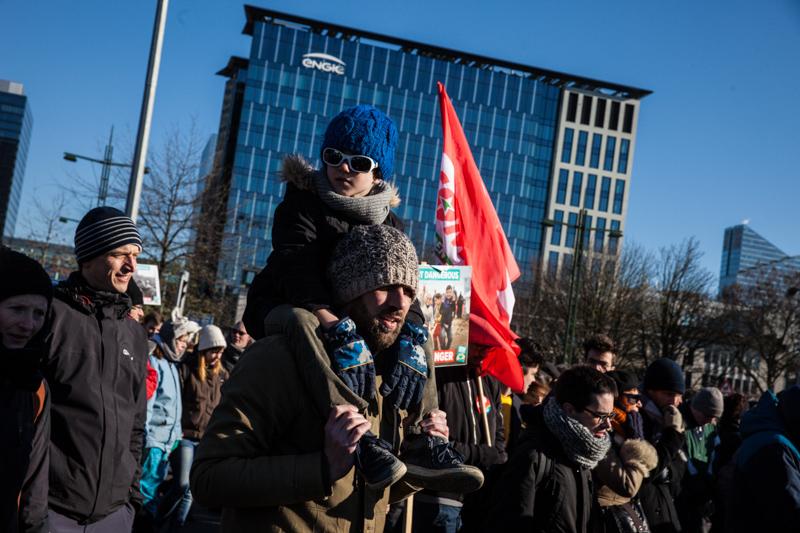 « La lutte pour un accueil humain des réfugiés n'est donc pas une lutte à part. Il s'agit d'une même vision de la société. Quelle est la valeur d'un être humain ? » Ici, photo d'une chaîne humaine de solidarité à Bruxelles. (Photo Solidaire, Fabienne Pennewaert)