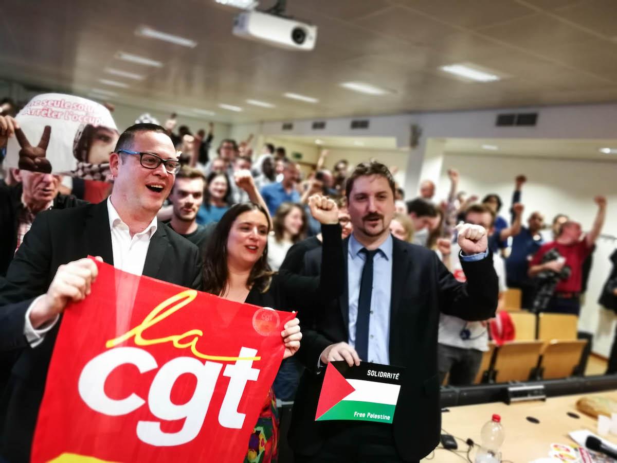 """Raoul Hedebouw, Charlotte Balavoine (PCF) en Laurent Brun (CGT, de grote Franse vakbond) op een conferentie die de PCF (Communistische partij van Frankrijk) en de PVDA op 15 mei 2018 samen in Brussel organiseerden. Het thema: """"de strijd van het Franse spoorwegpersoneel is belangrijk voor heel Europa."""""""