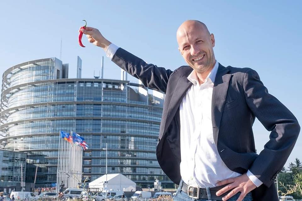 Marc Botenga, PVDA-verkozene in het Europees Parlement, zetelt in de brede linkse fractie GUE/NGL (Europees Verenigd Links/Noords Groen Links).