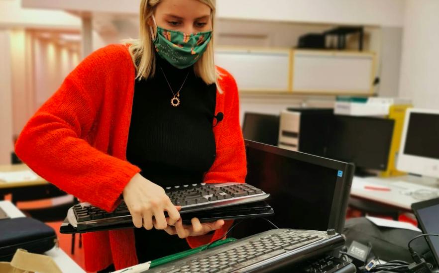 Partout en Belgique, des bénévoles du PTB ont récolté des ordinateurs pour les jeunes défavorisés. Les cours en ligne sont obligatoires mais le gouvernement n'a pas pris de mesures assez fortes pour permettre à tous d'avoir du matériel informatique à la maison. (Photo PTB)