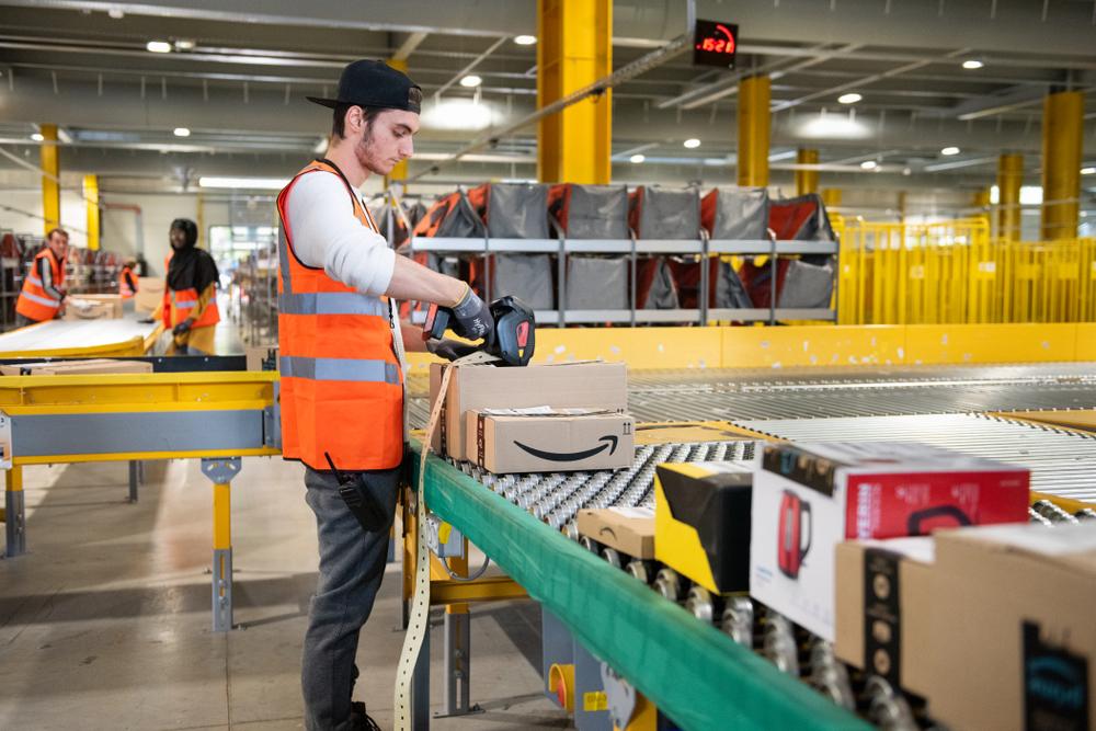Dans plusieurs pays, des travailleurs et syndicats ont mené des grèves pour pour alerter sur les conditions de travail chez Amazon. (Photo Shutterstock)