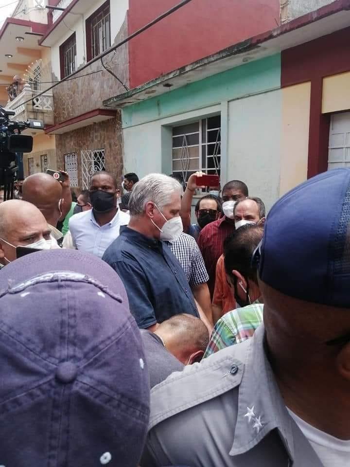 De Cubaanse president Miguel Díaz-Canel trok zelf naar de protesten om te luisteren naar de actievoerders.