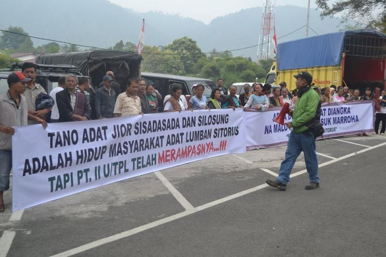 Community-led protests outside the Toba Pulp Lestari plant near Lumban Sitorus. Photo Credit: KSPPM