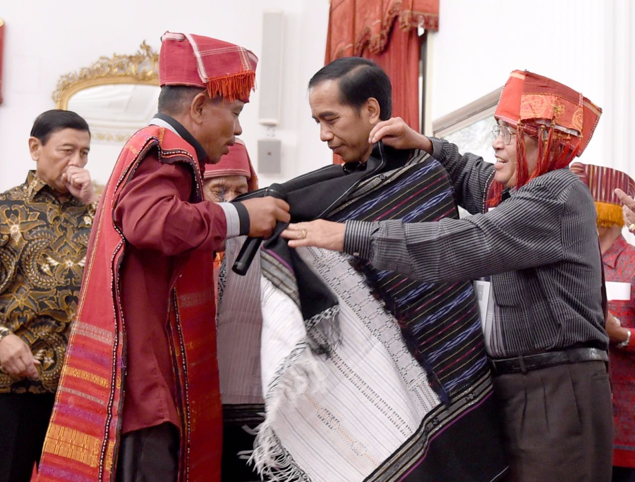Jokowi receives traditional dress after recognizing land rights