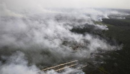 Singapore-Smog-Eases-As-Indonesian-Planes-Waterbomb-Fires-430x244
