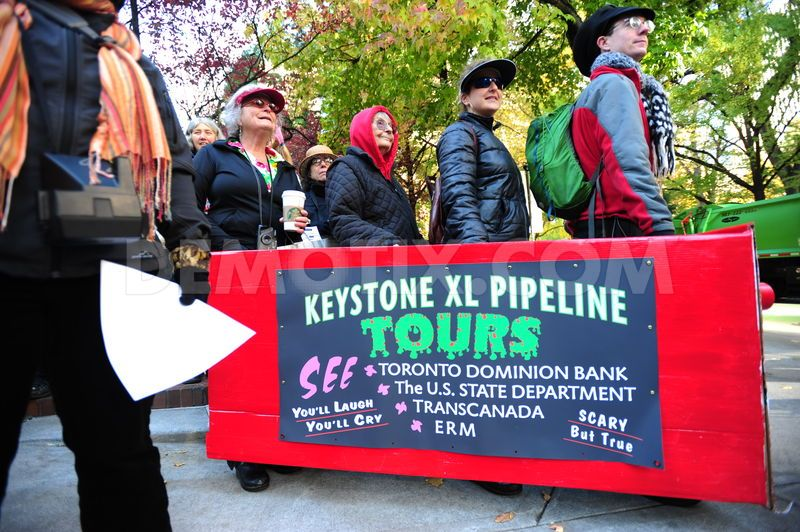 Portland POR activists deliver a letter to their local federal building.