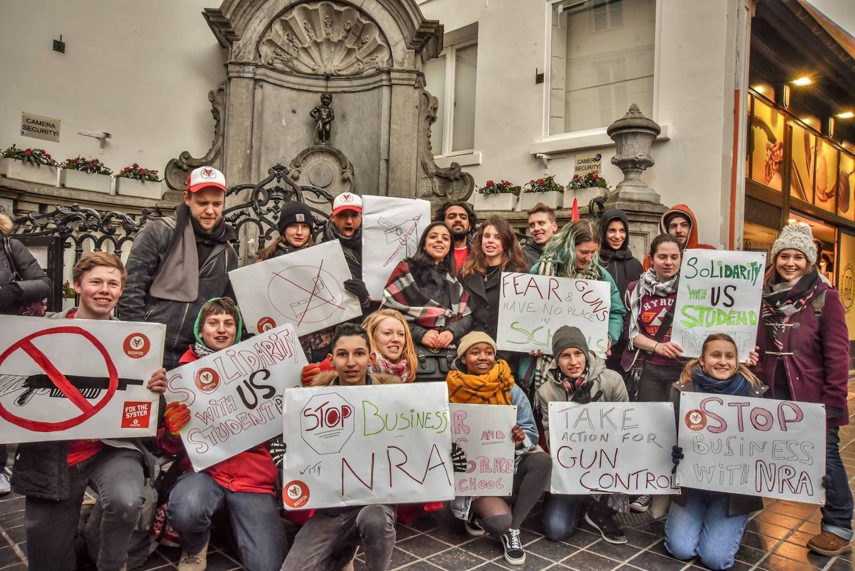 """""""We pee on guns"""" action de solidarité depuis la Belgique avec le mouvement écolier aux États-Unis, qui s'oppose à la vente d'armes suite aux tueries dans les écoles secondaires. A l'initiative de #RedFox, le mouvement de jeunes du PTB."""