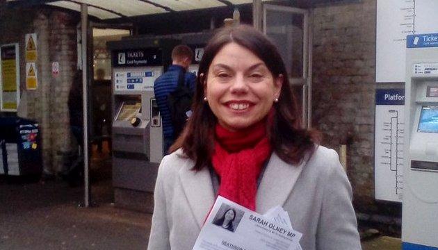 Sarah_Olney_MP_at_Barnes_train_station.jpg