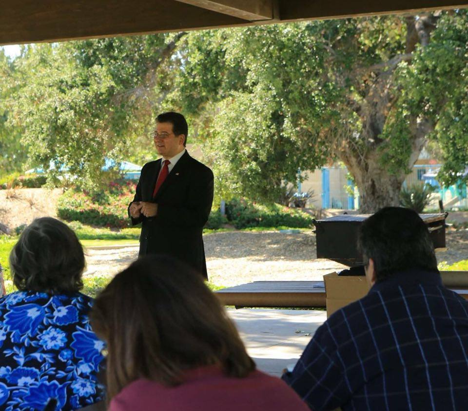 RonV_Crowd_Speaking.jpg
