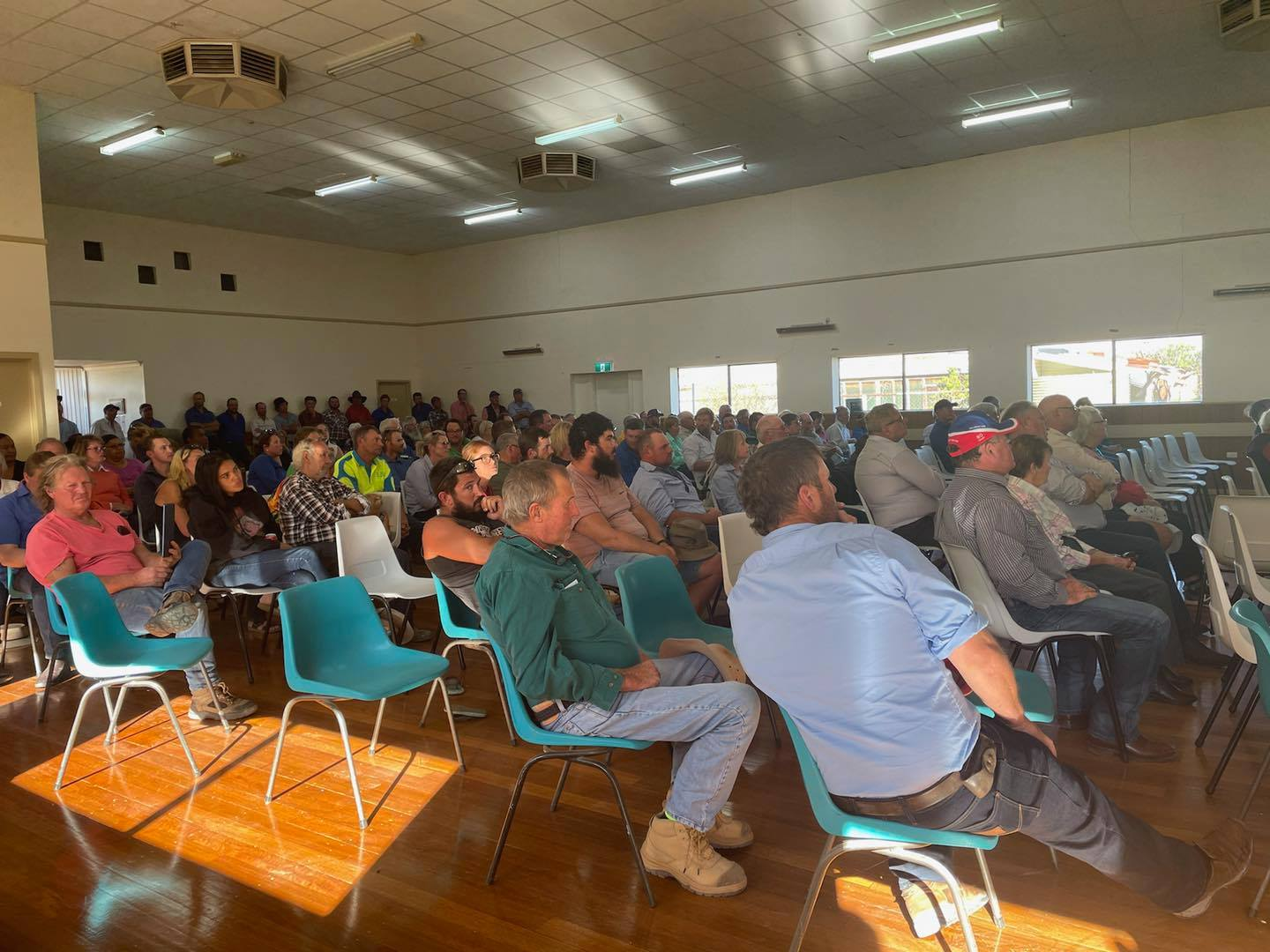Hundreds turn up for gas meeting in Ivanhoe Image