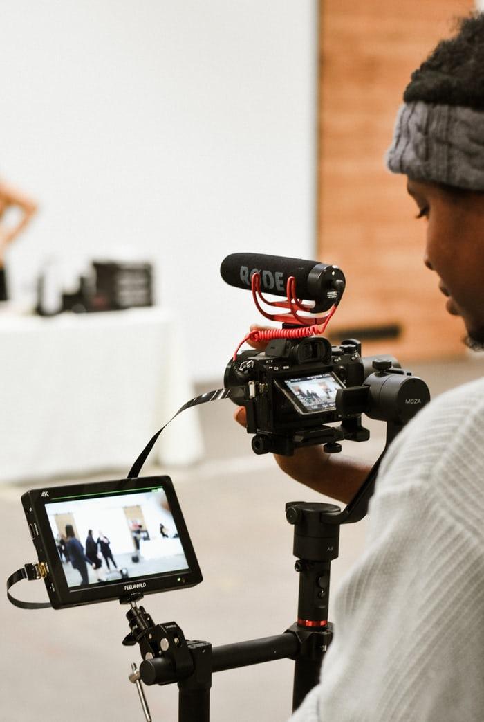 jeune femme qui filme avec une caméra