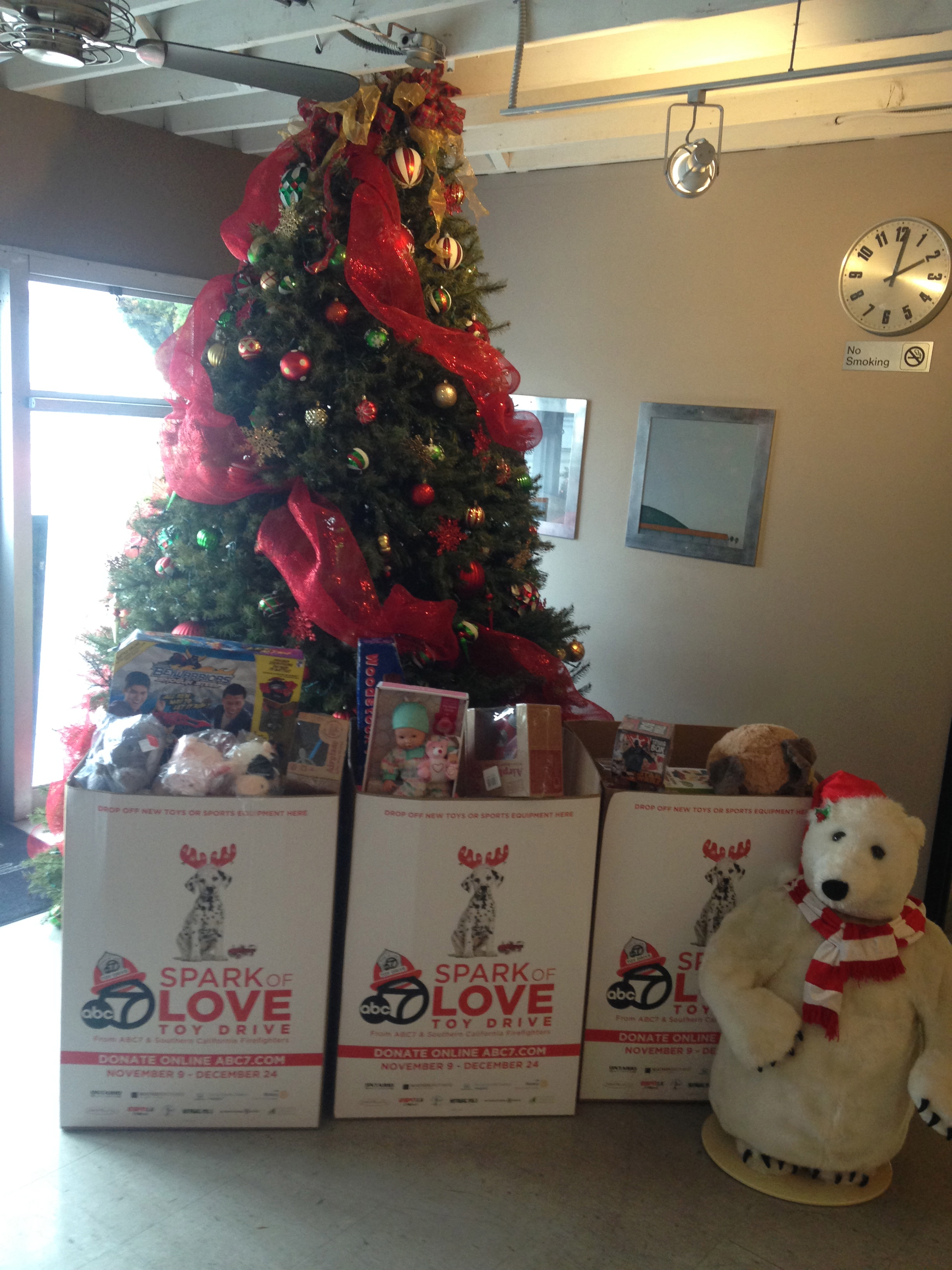 dreams of holiday toys take flight with help from local airport supporters santa monica. Black Bedroom Furniture Sets. Home Design Ideas