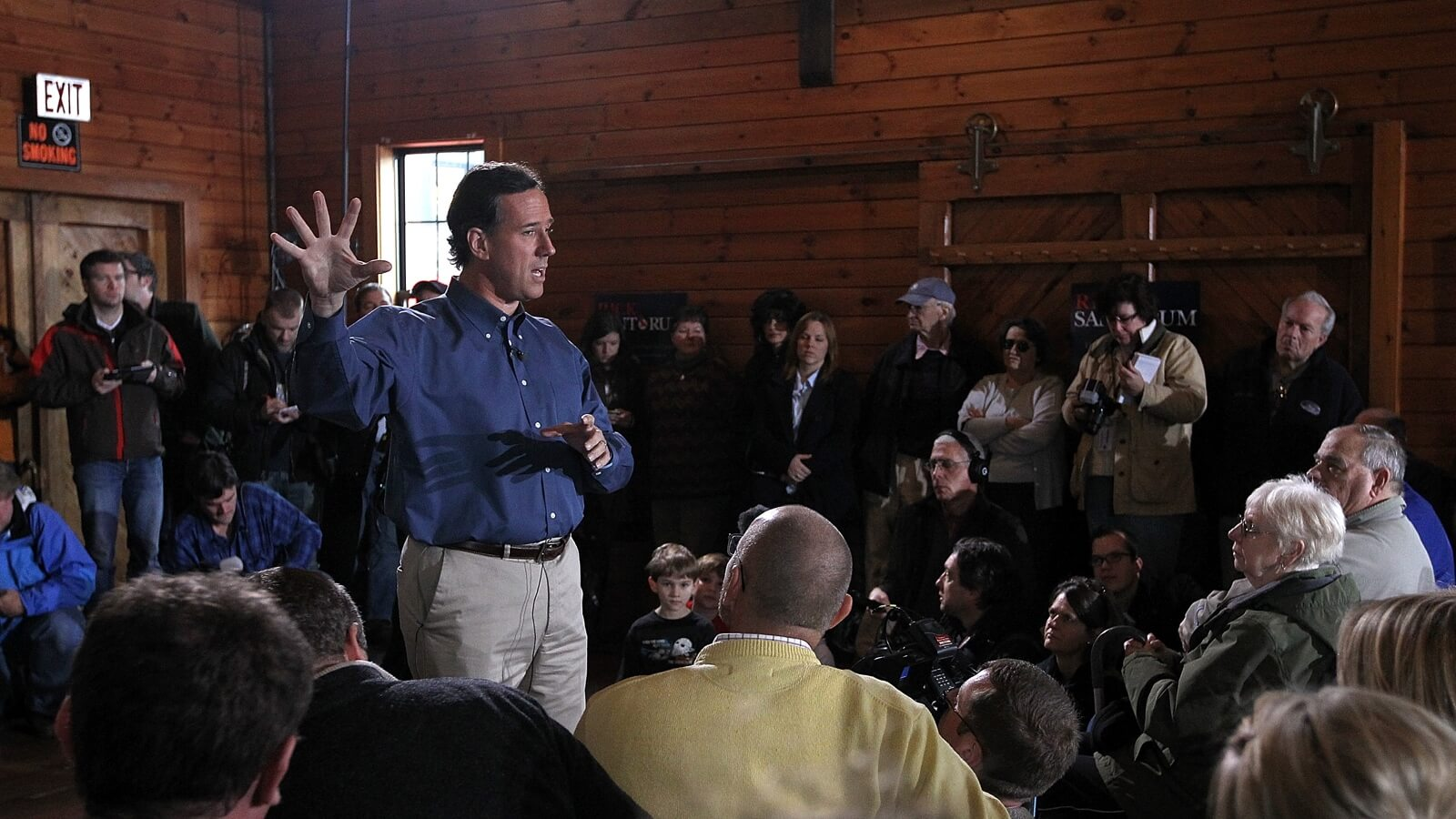 Image: Senator Santorum speaks to a crowd