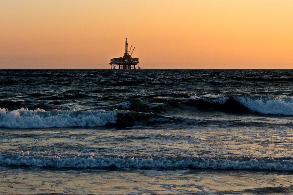 oil-rig-2191711_1280-1024x682.jpg